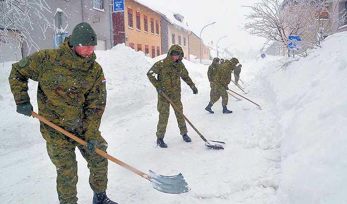 Vojska pomaže u čišćenju snijega