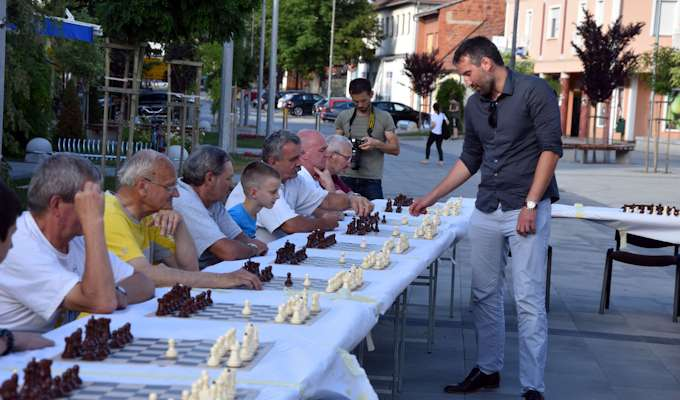 Šahovski velemajstor Alojzije Janković odigrao simultanku s 21 šahistom u Orahovici